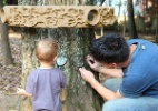 Crianças exploram jardim com lupas e jogam Sudoku adaptado