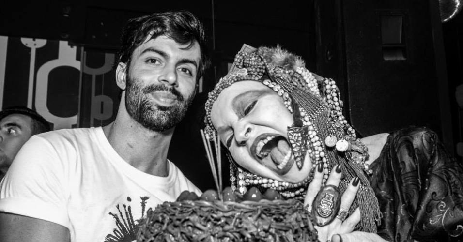 15.fev.2014 - Elke Maravilha antecipou a comemoração do seu aniversário de 69 anos e badalou em uma festa gay realizada no último final de semana, no Rio. A atriz, cantora e jurada de shows de talento, faz aniversário neste sábado (22)
