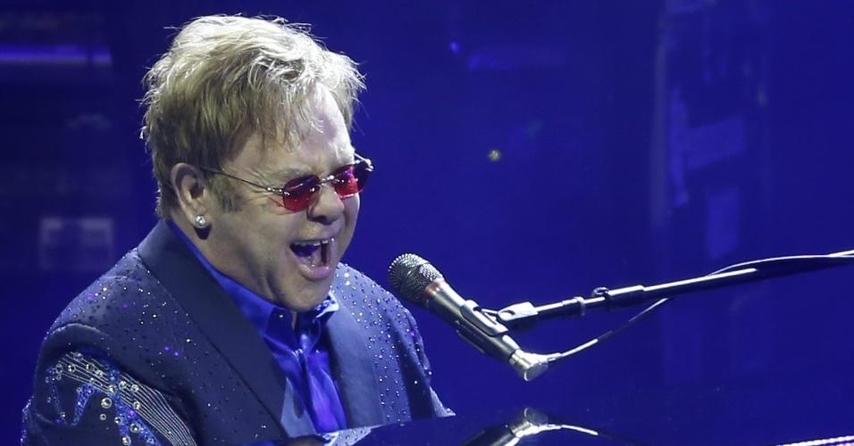 19.fev.2014 - Elton John faz show da turnê