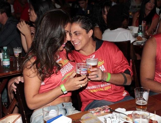 19.fev.2014 - Thammy Miranda trioca carinhos com a namorada, Andressa Ferreira, no pré-carnaval do Bar Brahma, em São Paulo