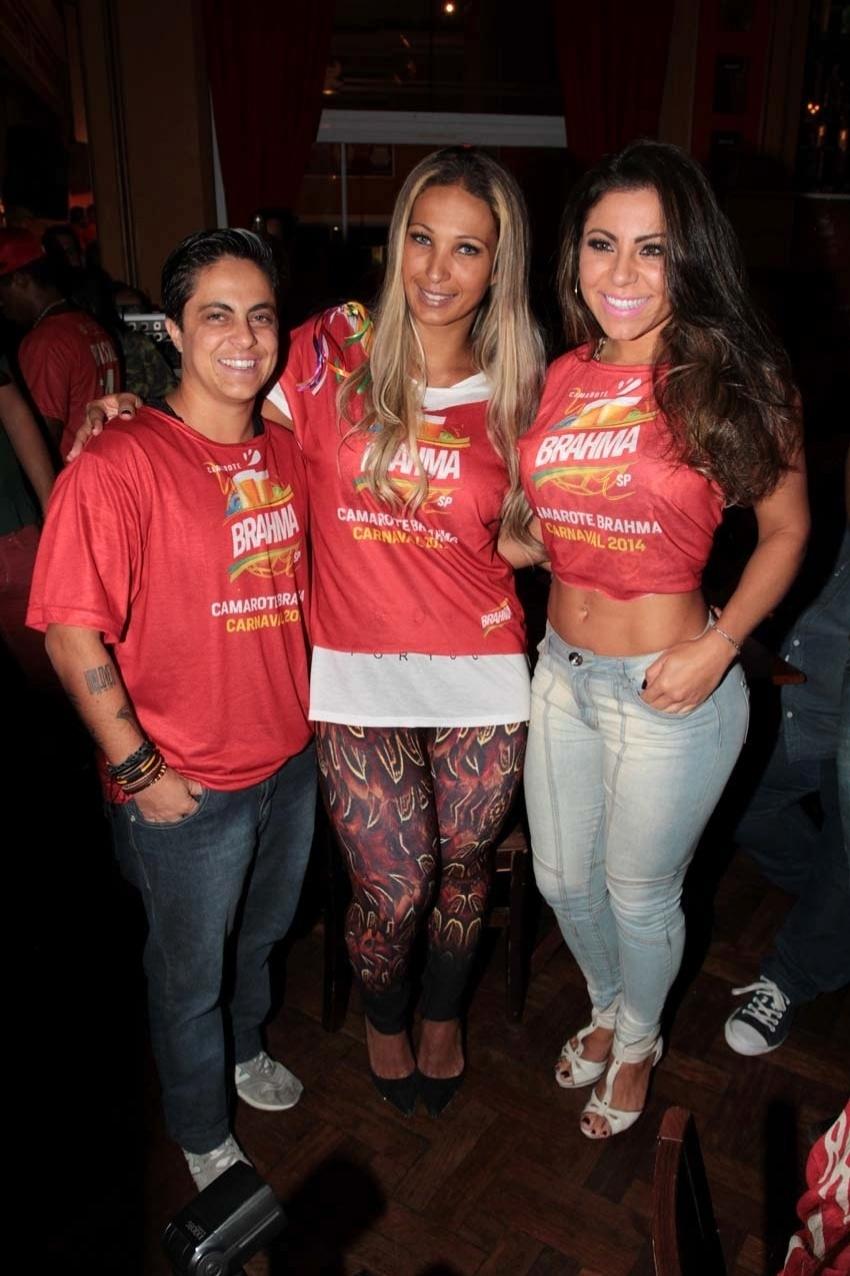 19.fev.2014 - Valesca Popozuda posa ao lado de Thammy Miranda e de sua namorada, Andressa, no pré-carnaval do Bar Brahma, em São Paulo