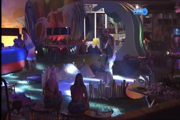 20.fev.2014 - Cássio puxa Tatiele para dançar a música