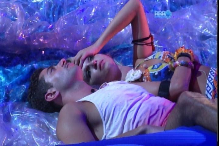 20.fev.2014 - Marcelo confessa para Tatiele que sente falta de Letícia