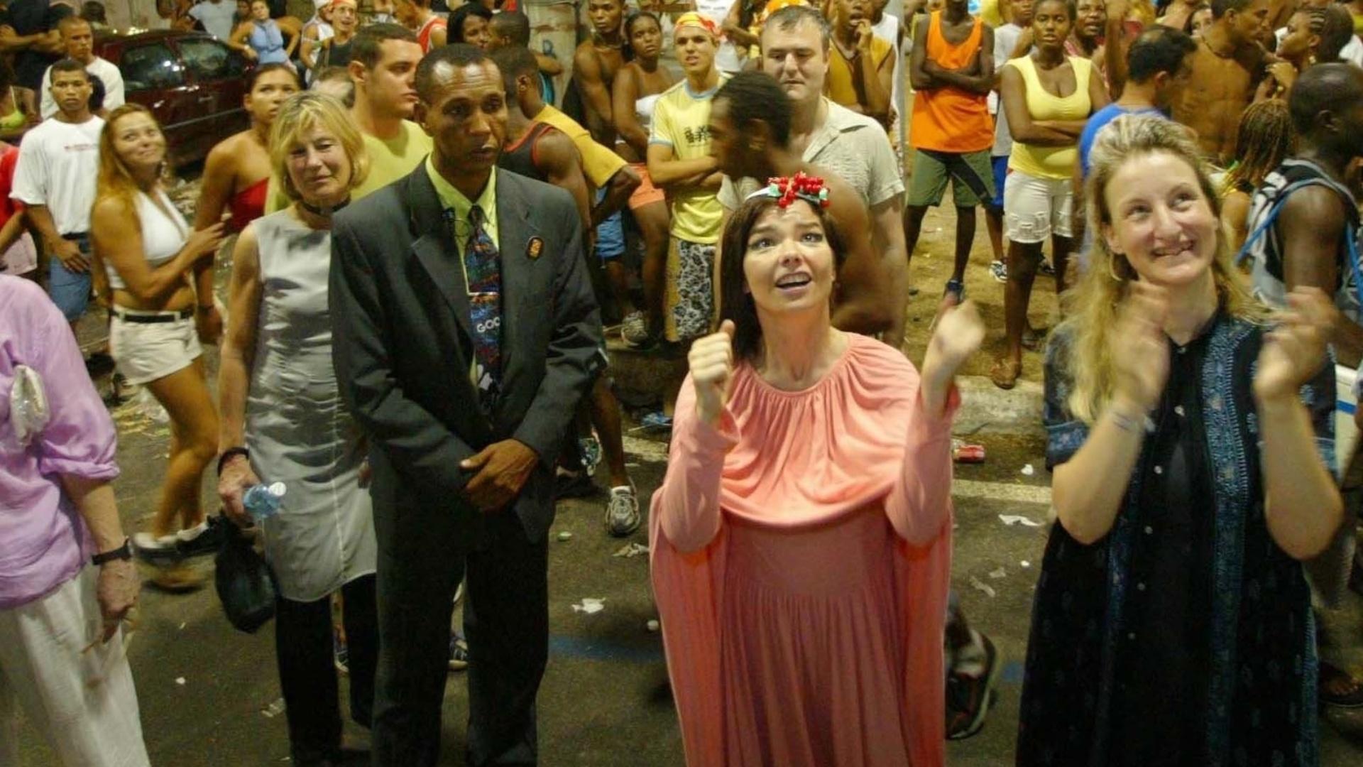 23.fev.2004 - Björk veio ao Carnaval de Salvador em 2004 para acompanhar o trio elétrico construído por seu marido, o artista plástico Matthew Barney