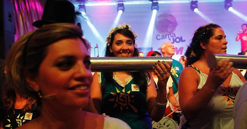 8.fev.2014 - A repórter Jussara Soares fez oficina de percussão do Quizomba e tocou com o bloco no CarnaUOL