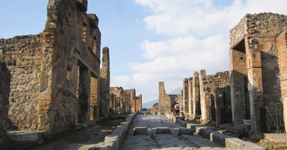 No sítio arqueológico de Pompeia é possível se ter uma boa ideia de como viviam os antigos romanos. Na foto, toda a estrutura de uma rua como as de hoje, com calçadas e casas de ambos os lados