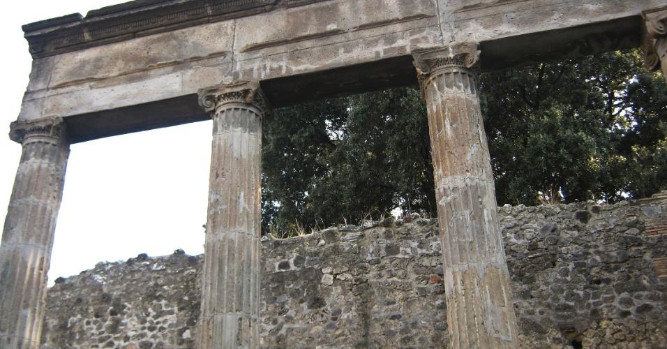Colunas ainda permanecem de pé, quase dois mil anos após a cidade de Pompeia ter sido soterrada pelas cinzas da erupção do vulcão Vesúvio, em 79 d.C.