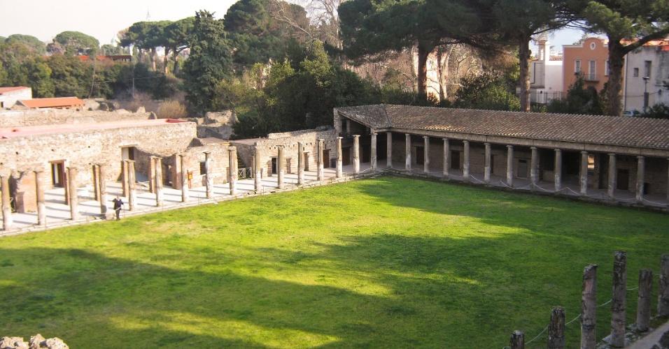 Vista geral do pátio do Quadripórtico dos Teatros. Além das colunas, parte do telhado de uma parte do complexo ainda permanece intacta e preservada