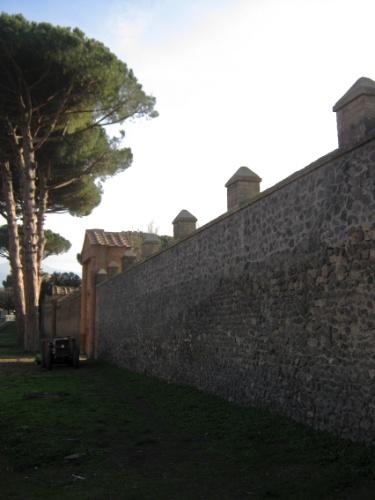 Vista da área externa do Ginásio Grande, local reservado aos exercícios de ginástica promovidos por associações juvenis da antiga cidade de Pompeia. O local, fechado ao público, é um dos mais bem preservados da cidade