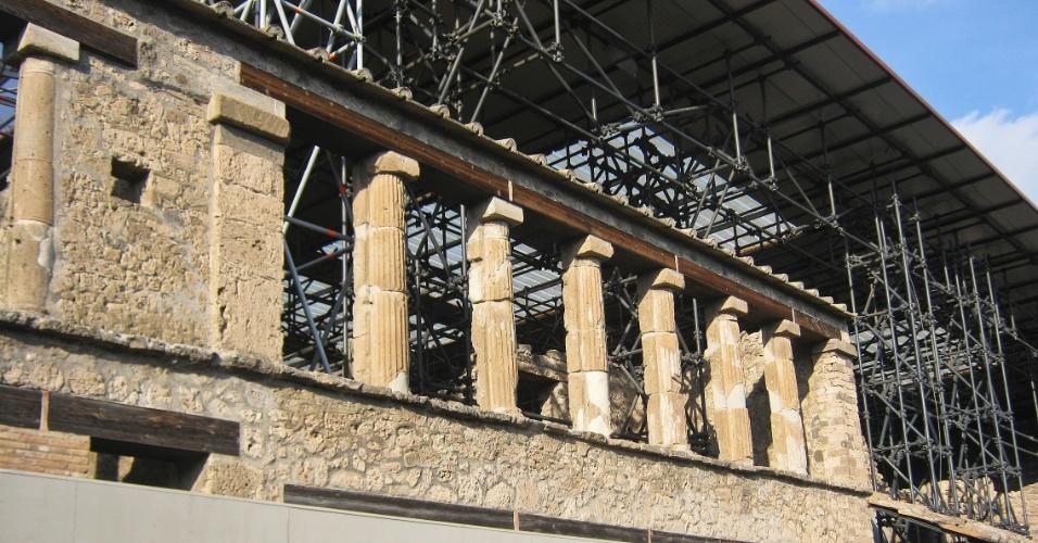Parte do sítio arqueológico de Pompeia ainda não foi escavado. Essas áreas ficam fechadas ao público e é possível ver, de longe, os trabalhos dos arqueólogos