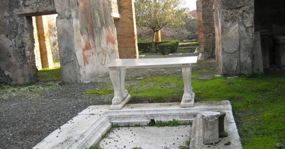 Banco e fonte de mármore permanecem intactos no jardim de uma residência em Pompeia. A preservação só foi possível graças à grande camada de cinza vulcânica que cobriu a cidade após a erupção do Vesúvio