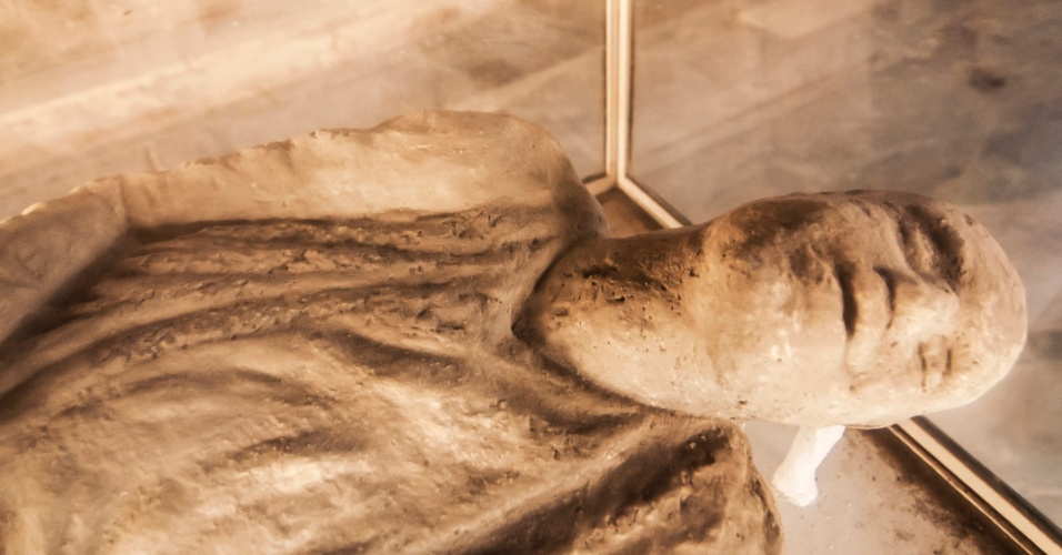 Pompeia permanece em excepcional estado de conservação por ter sido soterrada por uma chuva de cinzas ? e não pela lava - que cobriu em seis metros de altura a cidade durante a erupção do vulcão Vesúvio, em 79 d.C.