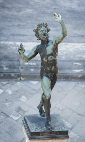 Estátua que adorna a Casa do Fauno, a maior e uma das mais impressionantes residências nas ruínas de Pompeia
