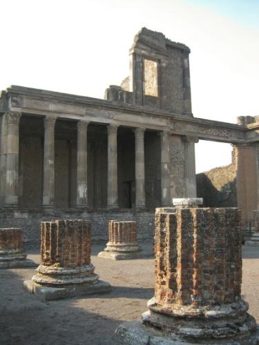 Ruínas da antiga Basílica de Pompeia, local que, apesar do nome, não tinha função religiosa, mas cívica: ali era aplicada a Justiça e firmadas as negociações econômicas