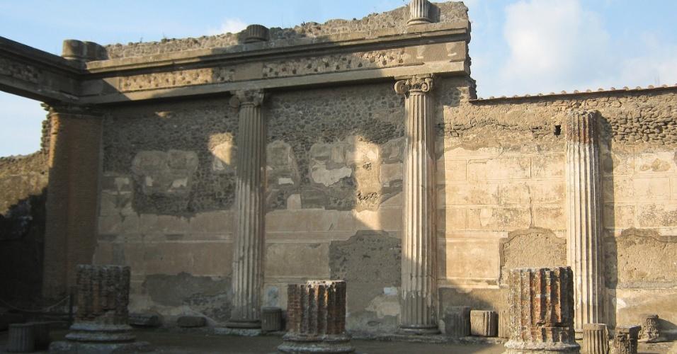 Lateral da antiga Basílica de Pompeia, parcialmente preservada, mas que ainda dá uma ideia da magnitude do local, construído no século 2 a.C.