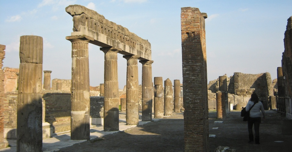 Ruínas da antiga cidade de Pompeia, que foram preservadas graças à grossa camada de cinzas que caiu sobre a cidade durante a erupção