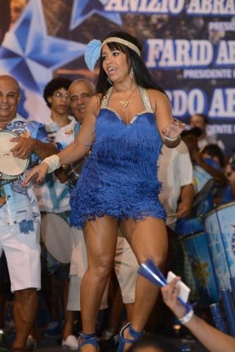 20.fev.2014 - A rainha de bateria Raíssa Oliveira no penúltimo ensaio da Beija-Flor