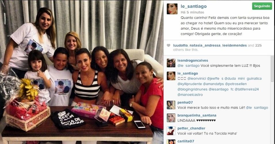 20.fev.2014 - Letícia posa com fãs em hotel no Rio de Janeiro.