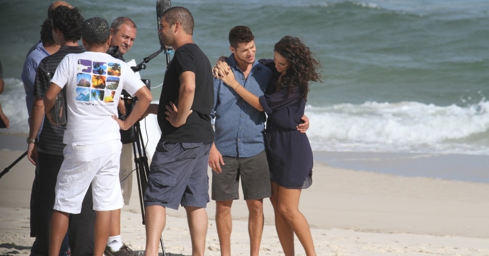 21.02.2014 - Em clima de romance, Débora Nascimento e José Loreto fazem sessão de fotos na Praia da Reserva, Zona Oeste do Rio de Janeiro