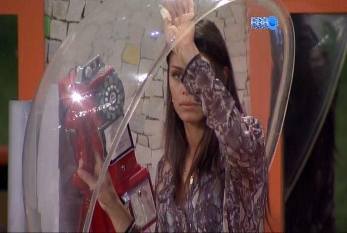21.fev.2014 - Após 25 minutos de espera, Clara também desiste de atender o