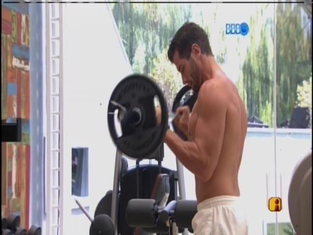 21.fev.2014 - Roni faz bateria de exercícios na academia