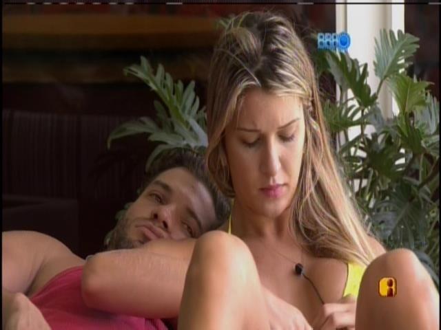 21.fev.2014 - Tatiele diz a Roni que quer atender Big Fone