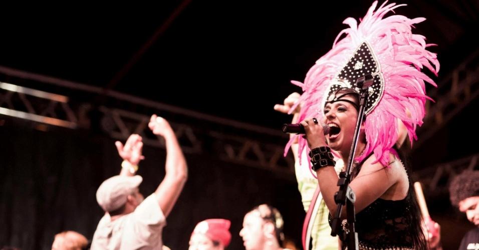 Fev.2013 - Bloco Cru se apresenta com a vocalista Lu Baratz no Rio de Janeiro