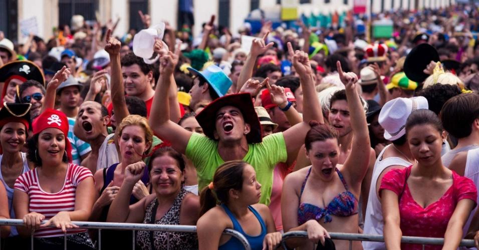 Fev.2013 - Foliões acompanham apresentação do Bloco Cru, no Rio de Janeiro