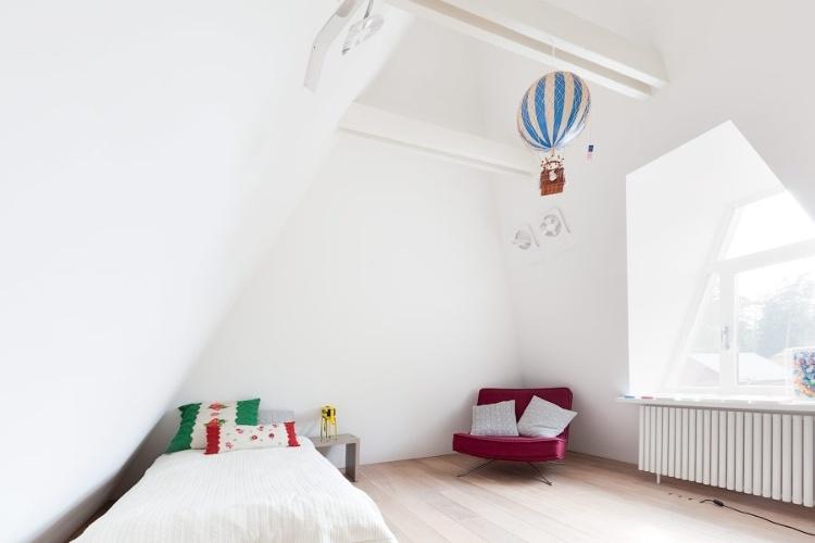 Nos quartos das crianças, paredes de drywall são preenchidas com isolante térmico e pintadas com tinta acrílica branca. As portas são de madeira, assim como o piso (carvalho), tratado para atingir um tom mais claro, esbranquiçado. E, assim como os rebaixos de gesso nos forros, a parede recebe iluminação embutida, com os discos de LED das linhas Scotty e Spock, da Modular. O projeto de arquitetura para a reforma da casa N foi desenvolvido pelo escritório alemão 4ª Architekten