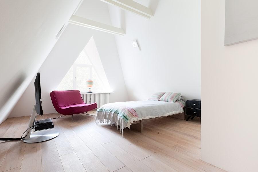 O pavimento mais alto da casa N, em Moscou (Rússia), acomoda dois quartos infantis e um banheiro. As paredes e o forro em drywall são