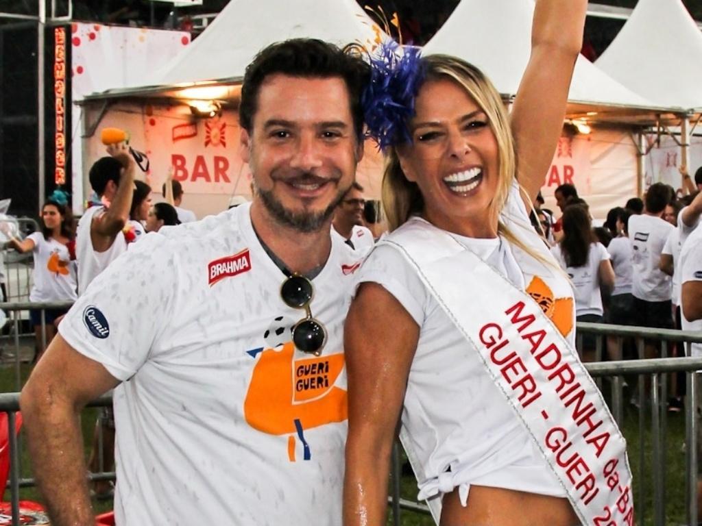 22.fev.2014 - Adriane Galisteu e o marido, Alexandre Iódice. A apresentadora, que é madrinha de bateria do bloco de Carnaval da Banda Gueri Gueri, participou do evento realizado pelo bloco na tarde deste sábado (22), no Parque do Ibirapuera, em São Paulo