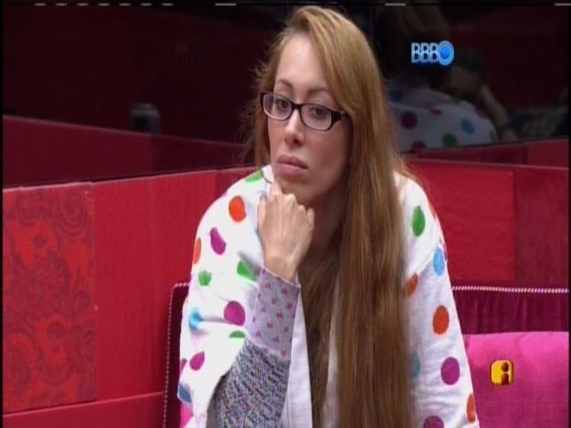 22.fev.2014 - Aline conversa com Angela sobre indicação para o paredão