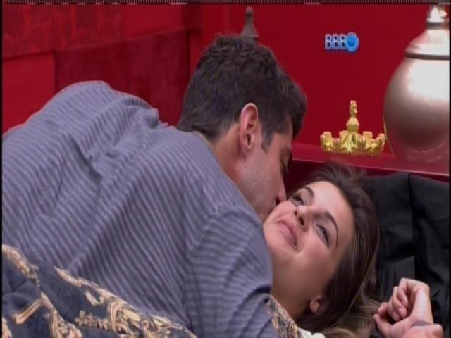 22.fev.2014 - Marcelo beija Angela e sai do quarto