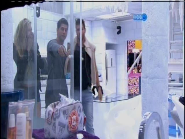22.fev.2014 - Marcelo mostra para Roni absorvente com catchup