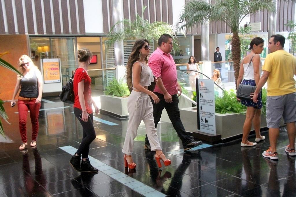 22.fev.2014 - Paula Fernandes exibe cintura fininha em dia de compras no Rio. A cantora foi clicada com a barriguinha à mostra ao escolher sapatos em um shopping carioca, na noite deste sábado (22). Assim que deixou o estabelecimento, a sertaneja acenou para os paparazzi