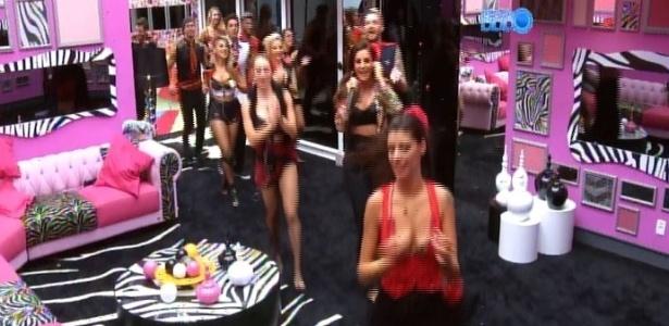 22.fev.2014 - Sem parar de cantar, Ivete saiu do palco e passeou pela casa do