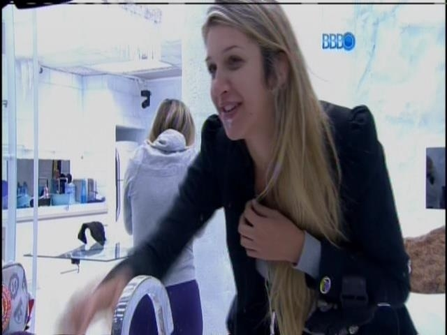 22.fev.2014 - Tatiele e Vanessa riem da reação de Roni e Marcelo