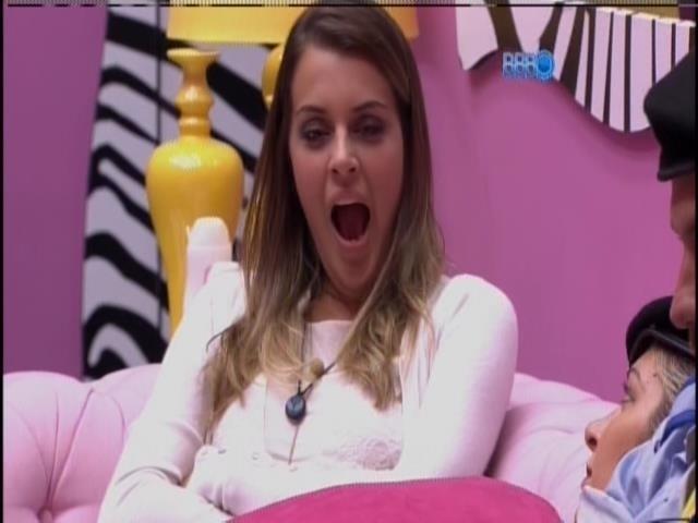 23.fev.2014 - Na sala, Angela boceja enquanto aguarda o início do programa ao vivo