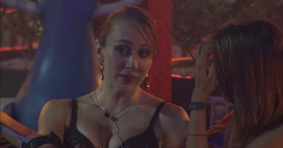23.fev.2014 - Aline conversa com Angela sobre indicar Roni para o paredão