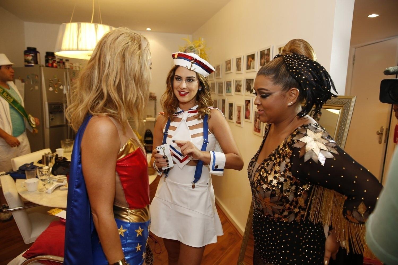 23.fev.2014- Preta Gil recebe Carolina Dieckmann (à esq.), que é a musa do bloco, e a atriz Fernanda Paes Leme