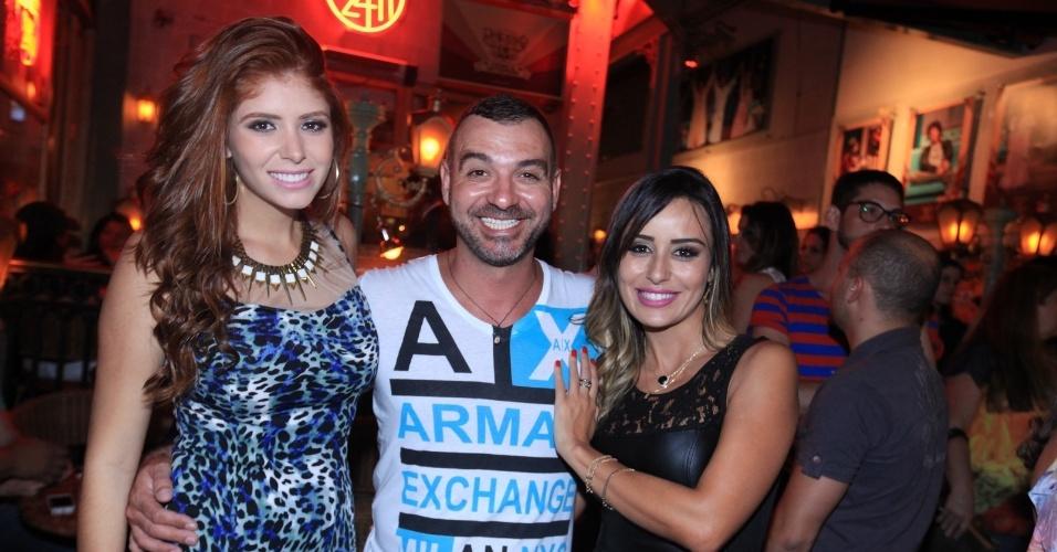 23.fev.2014 - Amanda, Vagner e Letícia se reúnem em restaurante de São Paulo após a participação da mineira no programa