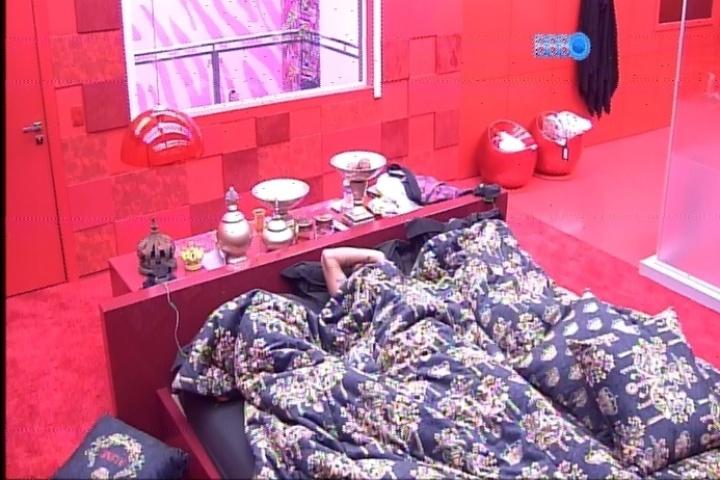24.fev.2014 - Angela, Valter e Aline relutam em acordar depois de apenas uma hora de sono
