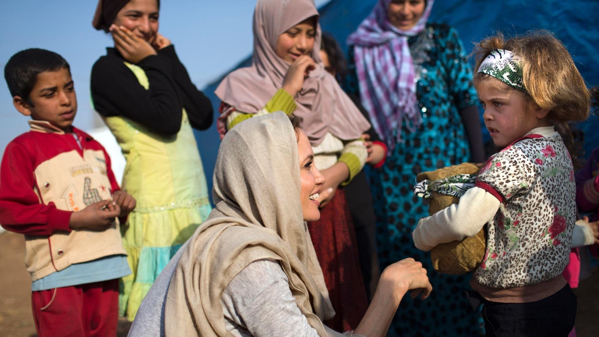 24.fev.2014 - Angelina Jolie visita crianças crianças sírias refugiadas no Líbano