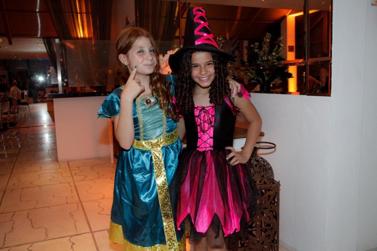 24.fev.2014 - Giulia Garcia e Gabriella Saraivah prestigiaram o aniversário de 13 anos de Filipe Bragança, ator de