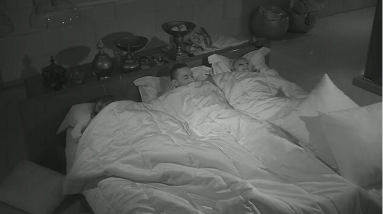 24.fev.2014 - Valter e Angela dormem de mãos dadas no quarto do líder