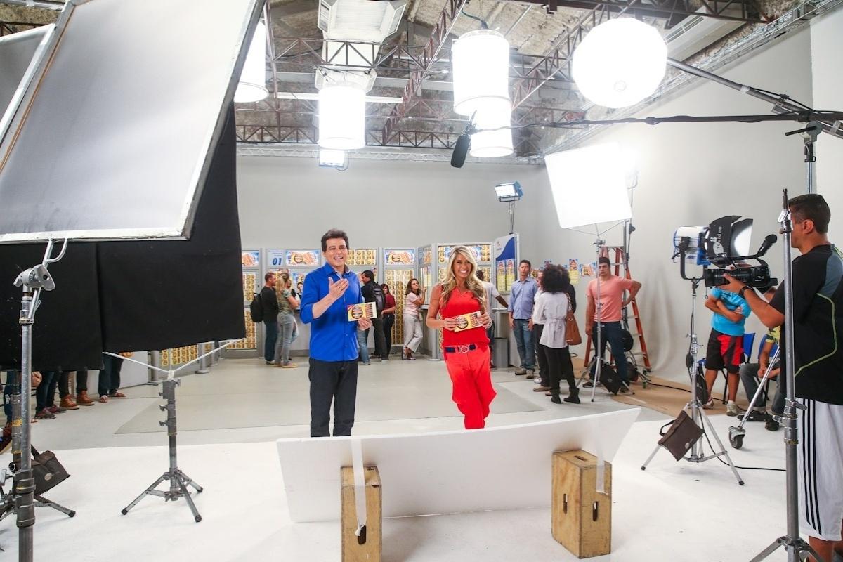 24.fev.2014- Adriane Galisteu e Celso Portiolli gravam comercial da Tele Sena de Páscoa em São Paulo