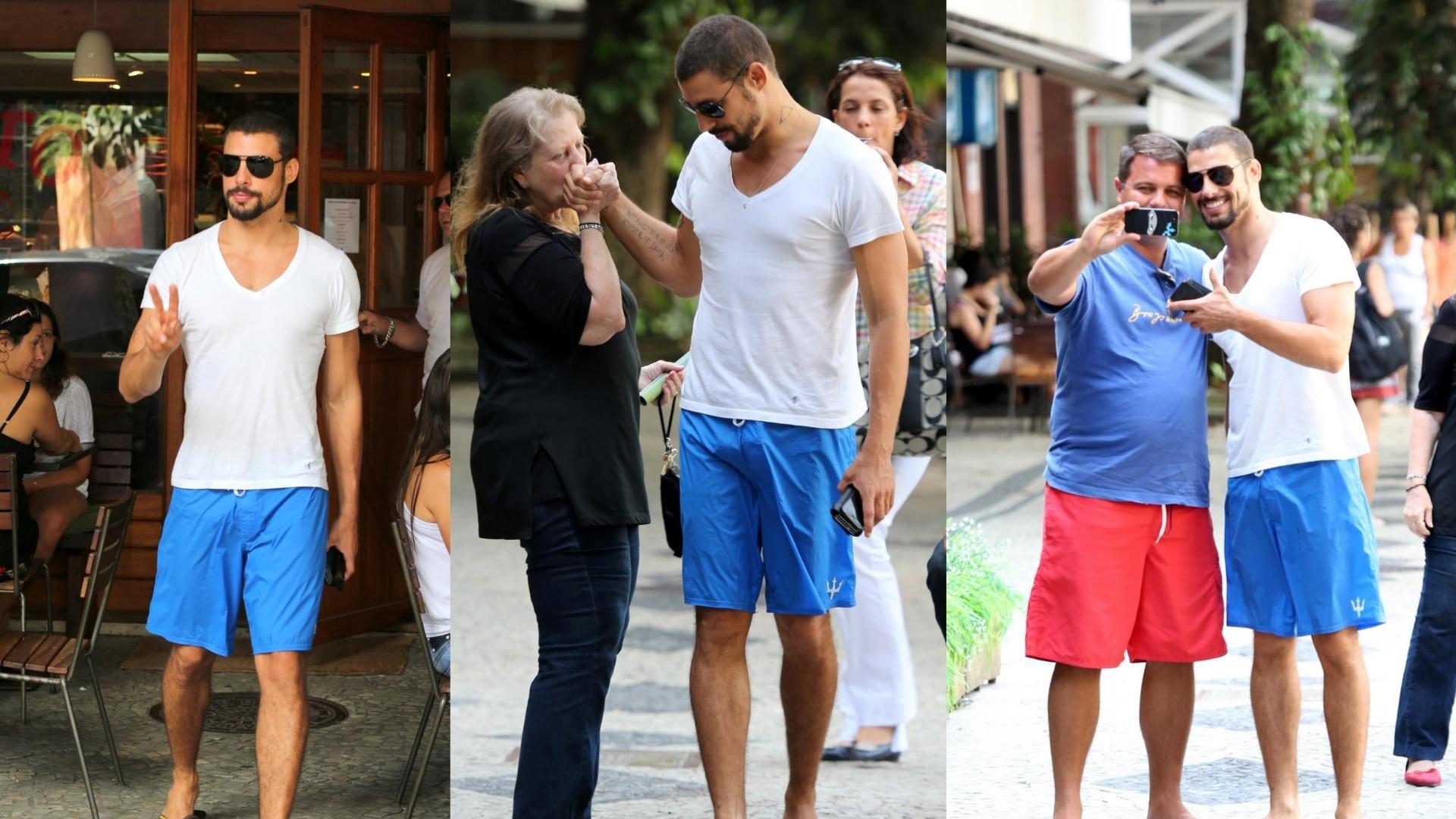 24.fev.2014- Após almoço em restaurante no Leblon, no Rio, Cauã Reymond é tietado e ganha beijo na mão de fã