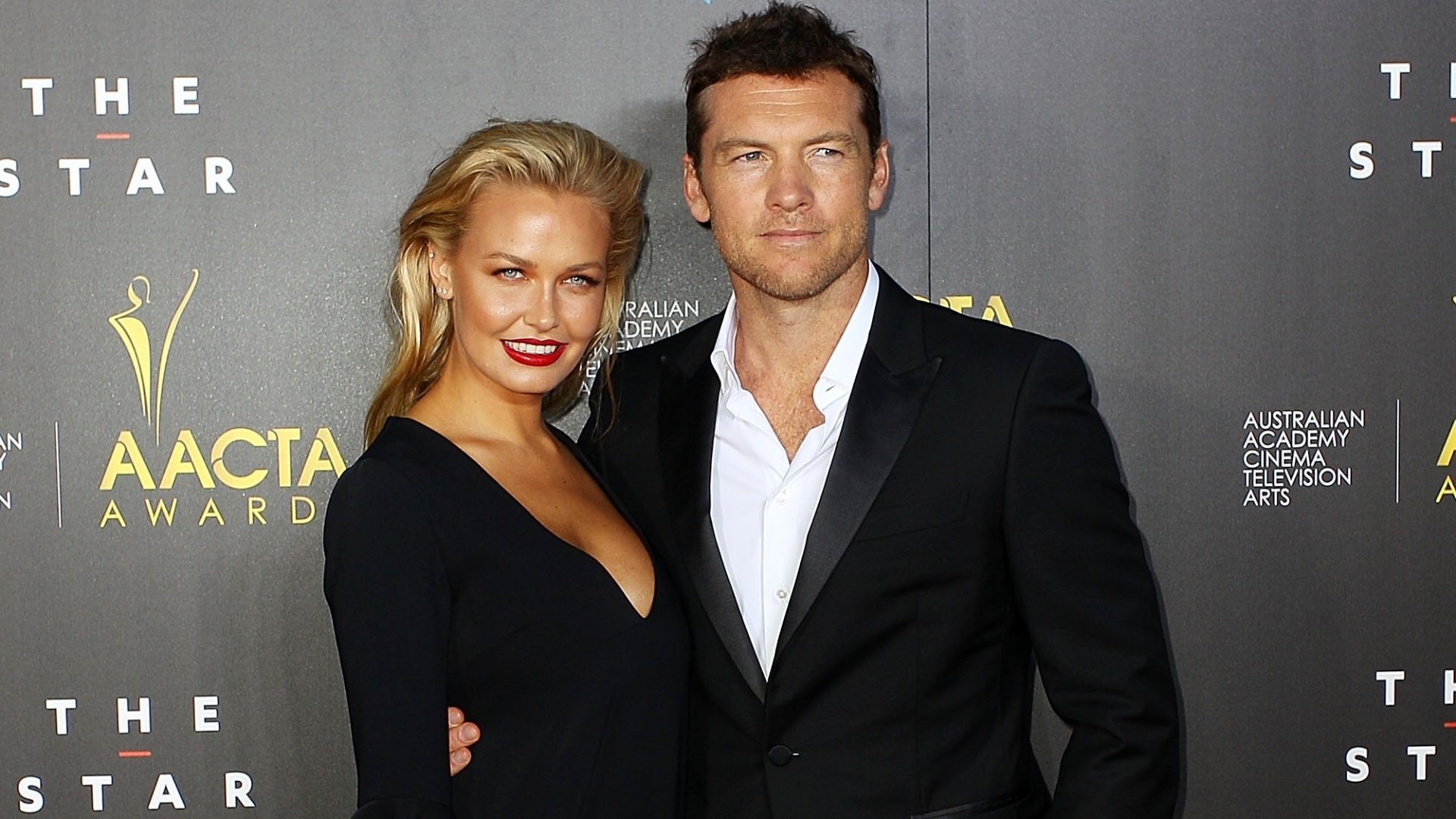 30.jan.2014 - Lara Bingle e Sam Worthington no 3º AACTA Awards em Sidney, Austrália