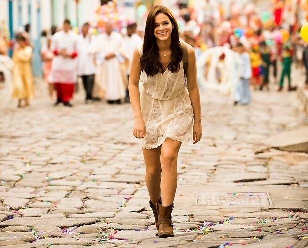 A figurinista Marília Carneiro decidiu fugir das peças caricatas dos anos 1990, optou por figurinos mais neutros e caracterizou Helena com vestidos leves, em tons suaves e estampas românticas. Como ela vivia em Goiás, alguns detalhes sertanejos também marcaram o visual da personagem, como as botas country.