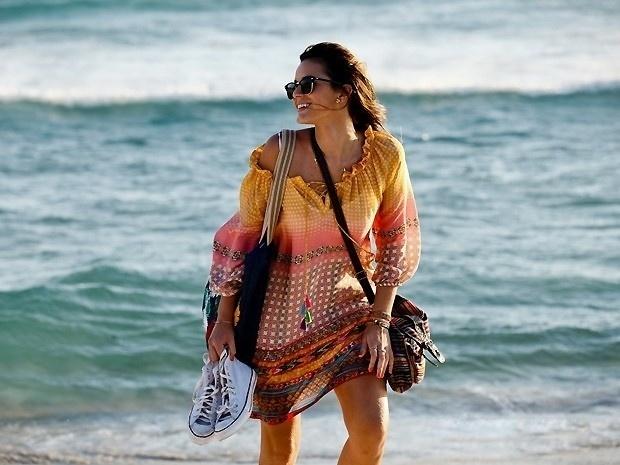 Luiza (Bruna Marquezine) é a típica garota carioca do Leblon, urbana e praiana ao mesmo tempo, com um guarda-roupa repleto de vestidos soltos e coloridos combinados com tênis, rasteirinhas e óculos escuros
